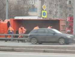 Перевернувшийся грузовик перекрыл движение по ТТК
