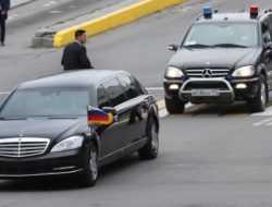 Лимузин Ким Чен Ына: снос стены и бегущие охранники