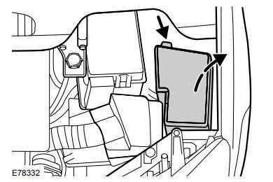Блок предохранителей под капотом Форд Фокус 2