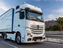Полуавтономный грузовик Mercedes-Benz начнут собирать в России