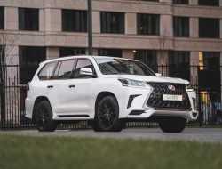 Внедорожник Lexus LX в России стал роскошнее и темнее