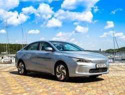 Тест-драйв китайско-белорусского седана Geometry A по цене Toyota Camry