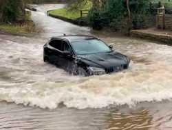 Кроссовер  Jaguar заехал в глубокую лужу и сломался. Видео