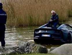 Невнимательный владелец Ferrari утопил в озере суперкар стоимостью 30 миллионов рублей