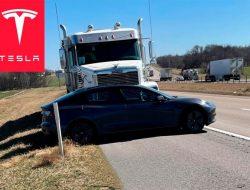 Грузовик около километра тащил перед собой электрокар Tesla. Видео