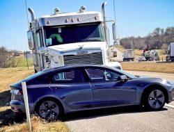 Тягач почти километр толкал Tesla перед собой. Все засняли камеры электрокара